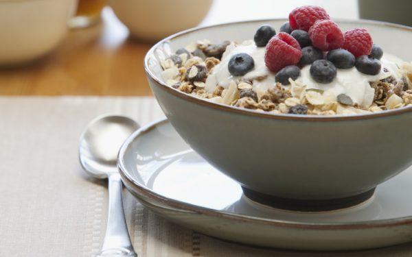 В период лечения рацион должен включать каши, мюсли, свежие ягоды и фрукты