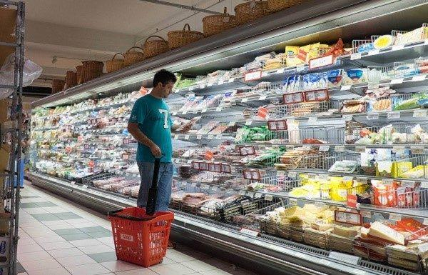 В супермаркете придется внимательно рассматривать полки с товарами