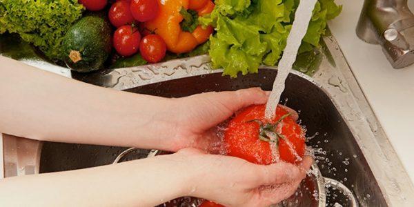 В целях профилактики заражения бактериями продукты необходимо тщательно мыть и правильно обрабатывать во время готовки