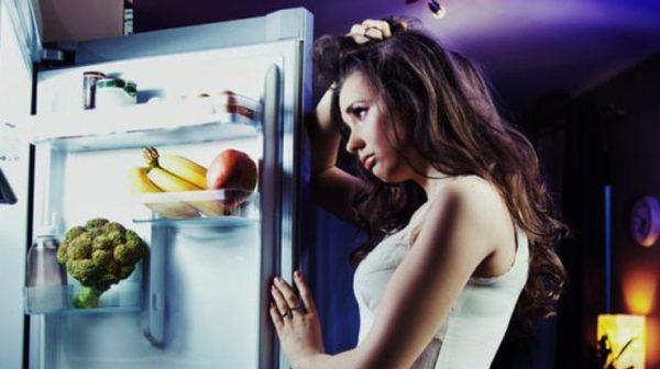 Вечером перед сном употреблять пищу не рекомендуется. Если возникает чувство голода, лучше выпить стакан воды или мятного чая
