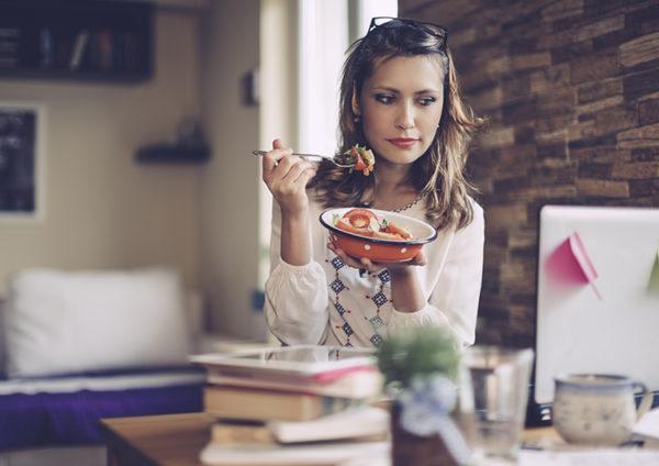 Во время еды нельзя отвлекаться на компьютер или телевизор, решать рабочие проблемы