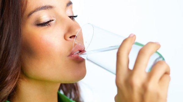 Воды нужно пить как можно больше, но она не должна быть газированной