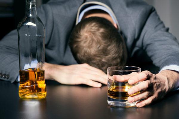 Злоупотребление спиртными напитками в разы повышает риск развития раковых опухолей