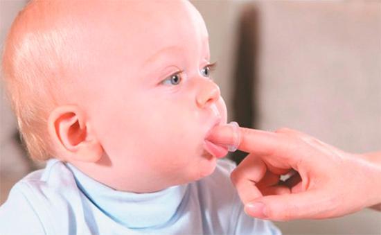 Делайте ребенку массаж десен, чтобы облегчить период прорезывания зубов