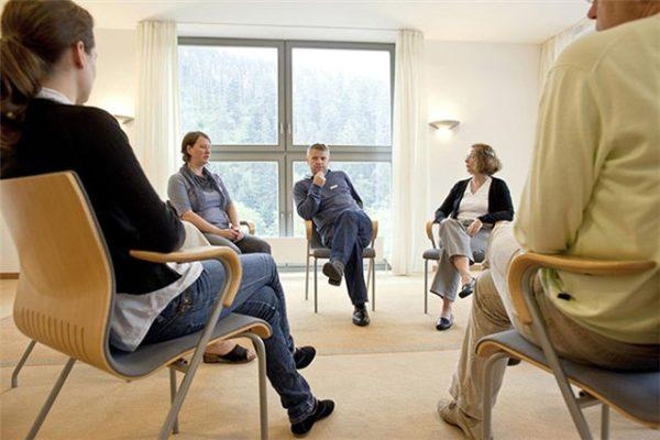Больному рекомендуется обратиться в группы взаимопомощи или к психотерапевту - там его смогут поддержать