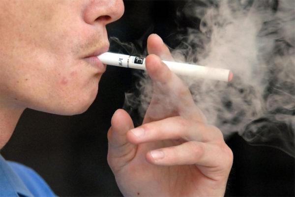 Курение лишь усугубляет недуг, поэтому от этой привычки нужно отказаться