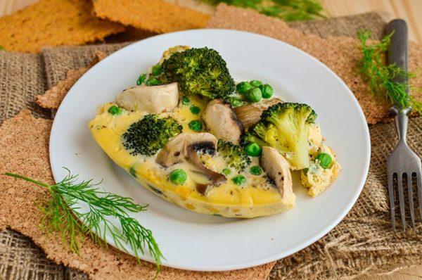 В омлет можно добавить творожную массу или паровые овощи по вкусу, а воду заменить на обезжиренное молоко