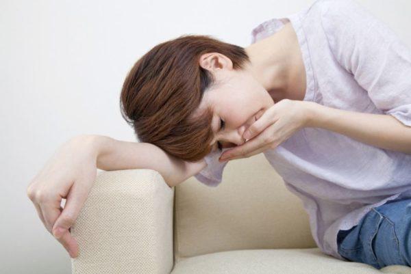 Состояние ухудшают приступы тошноты, переходящие в рвоту