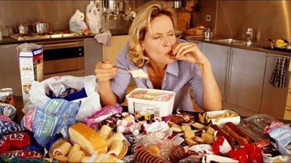 Переедание и компульсивное обжорство – расстройство приема пищи, характеризующееся поглощением чрезмерного количества еды и невозможностью остановиться в нужный момент