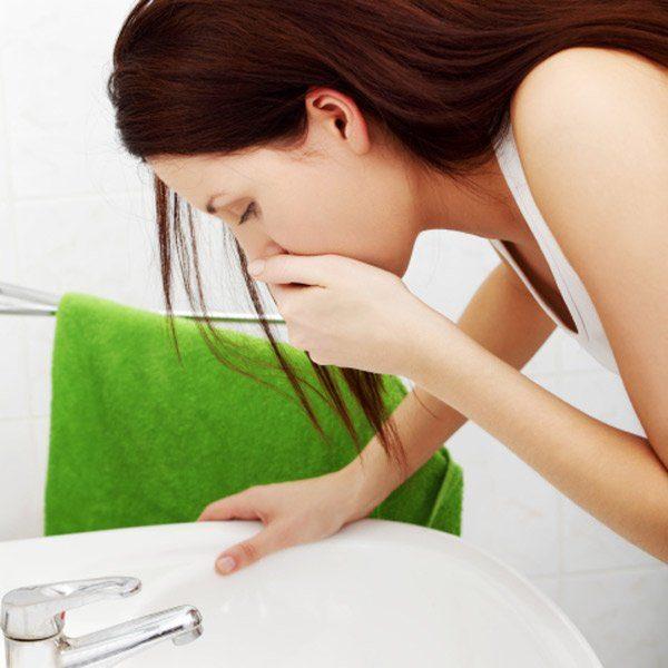 Боль в подреберье может сопровождаться тошнотой и даже рвотой