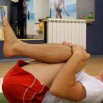 Подтягивание коленей к груди в положении лежа
