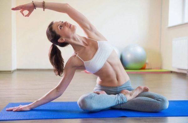 Занятия йогой - один из эффективных способов оздоровления организма, в том числе и при геморрое