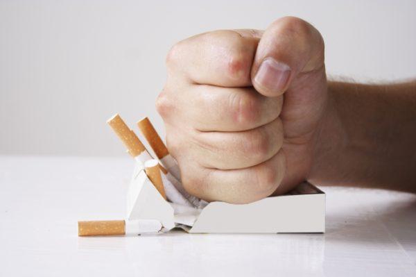 Курение может провоцировать утреннюю горечь во рту