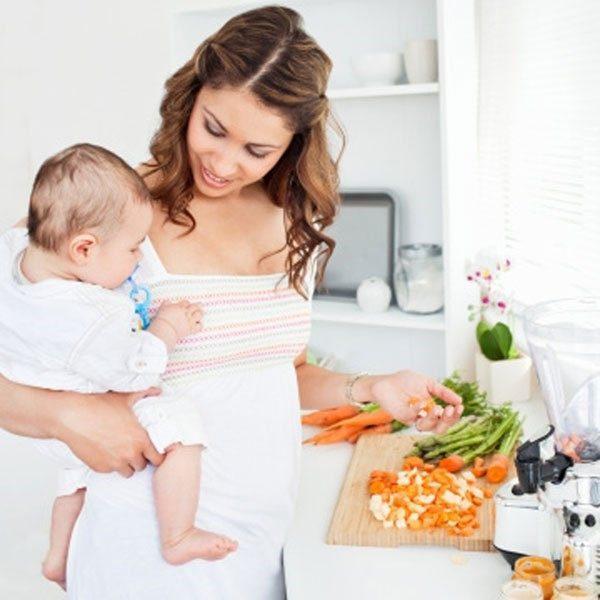 Совместное времяпрепровождение с грудничком за готовкой пищи позволит меньше употреблять нездоровой для организма пищи