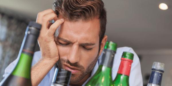 Неприятные боли в голове и животе с утра после алкоголя накануне- признак похмелья